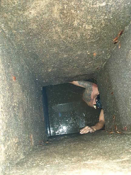 Sử dụng nhân công nạo vét hầm cầu