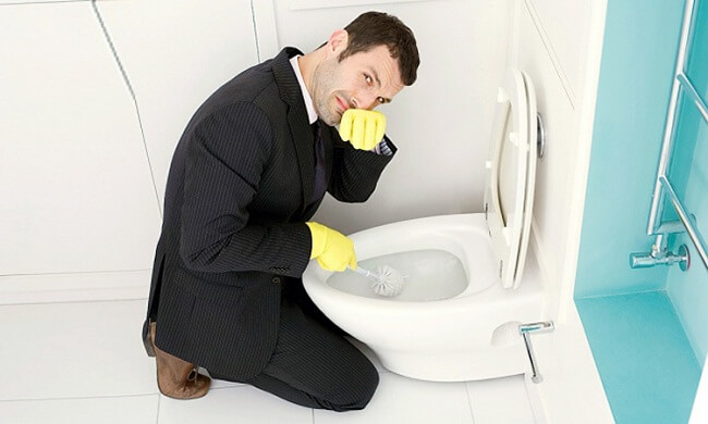 Tẩy rửa nhà vệ sinh thường xuyên sẽ loại bỏ mùi hôi