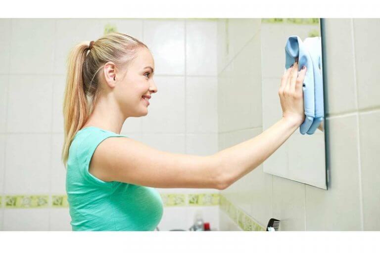 Kem cạo râu hoặc chanh đều có tác dụng tẩy các vết bẩn trên gương