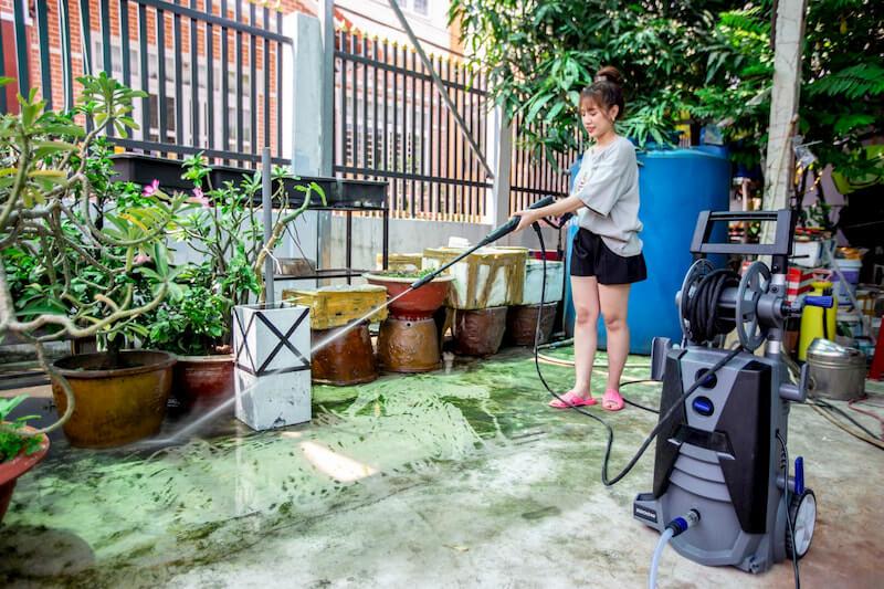 Sử dụng máy xịt cao áp vệ sinh nền xi măng