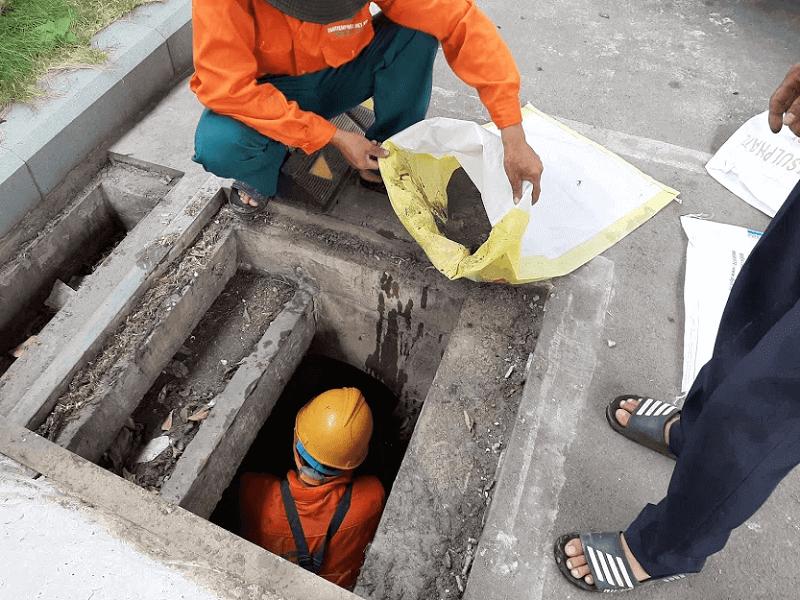 Nhân viên thi công hút bể phốt khử mùi hôi nhà vệ sinh